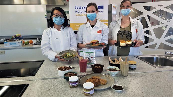 Ching Ying Lam, Leen Feyaerts en Sarah Leyssens tonen de gerechten die ze met insecten maakten.