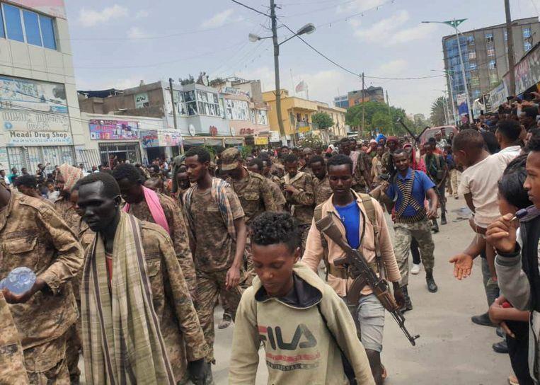Duizenden gevangengenomen soldaten van het Ethiopische leger worden in een triomftocht door de milities van Tigray, de TDF, door de straten van de hoofdstad Mekele van Tigray gevoerd.  Beeld Reuters