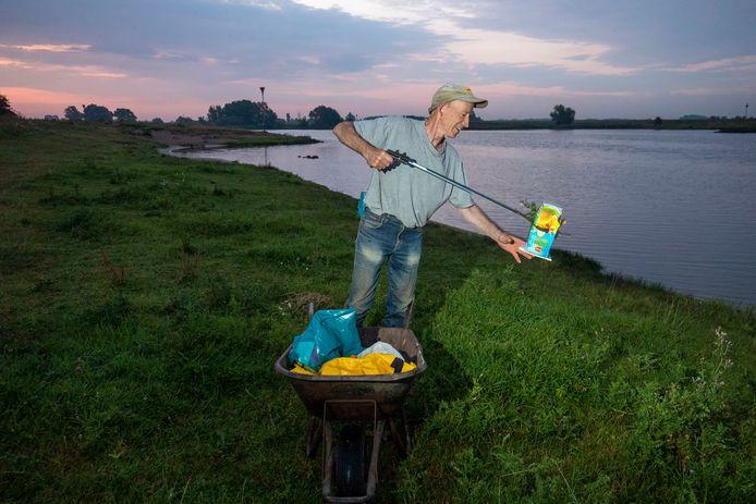 Joris Visschers ruimt elke ochtend de rommel op die is achtergelaten door bezoekers van het Rijnstrand bij Wageningen.