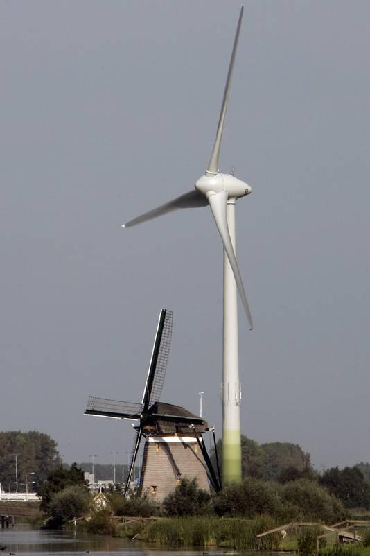 Twee windmolen langs de snelweg A4 ter hoogte van Zoeterwoude.