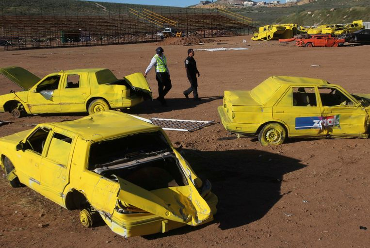 Police officers walk past scrap cars, part of the show where a monster truck ploughed into a crowd of spectators at El Rejon park, on the outskirts of Chihuahua October 6, 2013. Eight people, including four children, were killed and 79 injured when a monster truck careened into a crowd at a show in northern Mexico, an official at the public prosecutor's office in the city of Chihuahua said on Sunday. The incident late on Saturday afternoon took place at the El Rejon dam on the outskirts of the city, about 230 miles (370 km) south of Mexico's border with the United States. REUTERS/Jose Luis Gonzalez (MEXICO - Tags: DISASTER SOCIETY) Beeld REUTERS