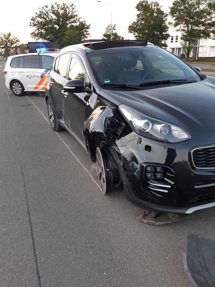 Een automobiliste rijdt door rood en botst tegen een paal in Veldhoven.