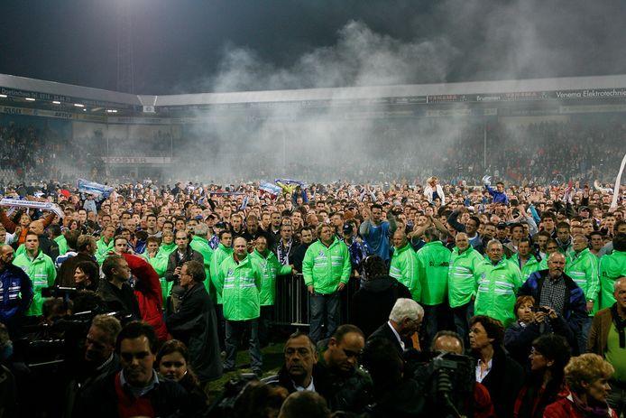 Het publiek in Doetinchem heeft massaal het veld betreden na de titel van De Graafschap op 31 maart 2007.