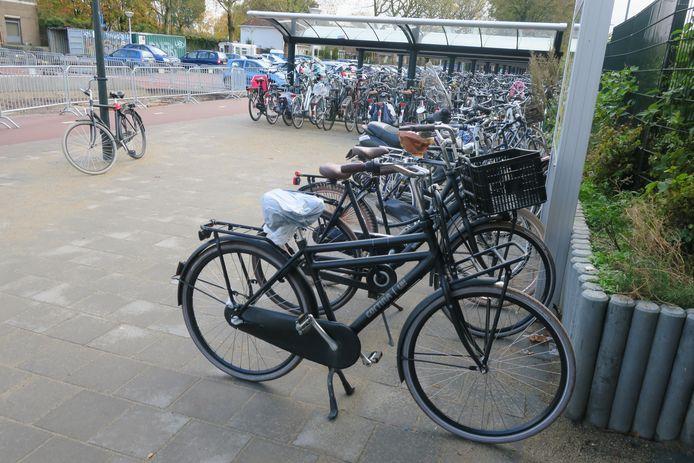 Bij station Geldrop staan veel fietsen buiten de stalling.