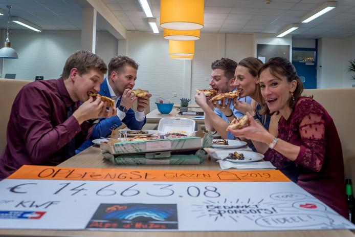 De deelnemers eten een welverdiende pizza.