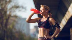 Welke sportdrankjes en -gels kan je het beste drinken tijdens het lopen? Voedingsdeskundige geeft advies