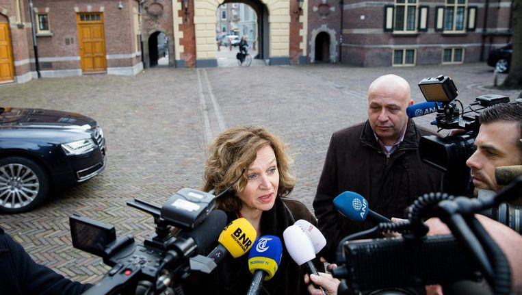 Minister Edith Schippers praat met de pers bij aankomst op het Binnenhof voor de wekelijkse ministerraad. Beeld anp