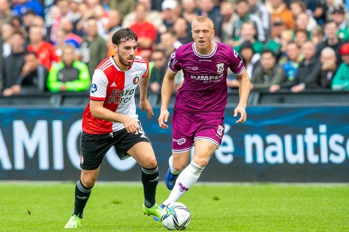 Feyenoord-speler Orkun Kokcu in duel met Isac Lidberg van GA Eagles.