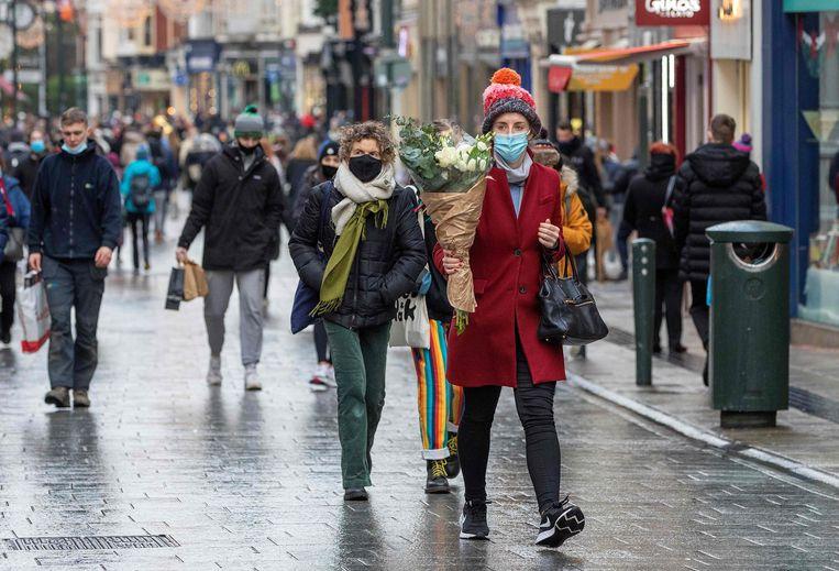 Op oudejaarsdag werd er in Ierland nog volop gewinkeld na een versoepeling van de eerdere lockdown. Beeld AFP