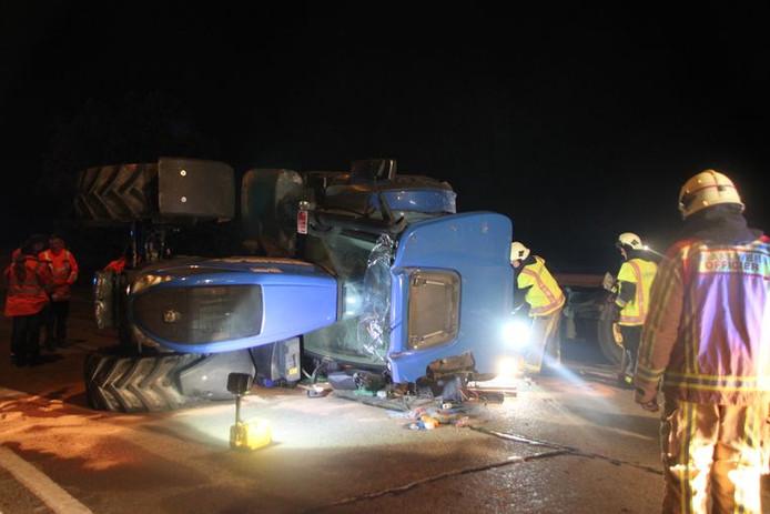 Le tracteur s'est renversé au milieu de la route, éjectant son conducteur hors de sa cabine.