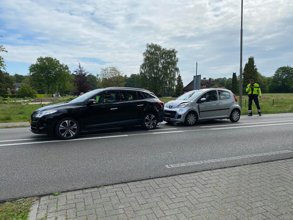 De bestuurster van de achteropkomende auto raakte gewond in Eefde.