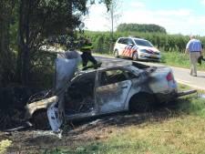 Automobilist zwaargewond bij ongeval in Haaften, auto vliegt in brand na crash