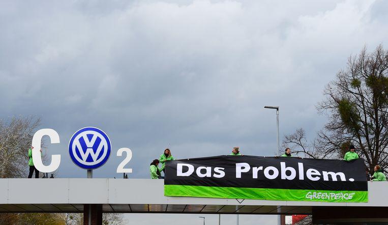 Actievoerders van Greenpeace hielden in najaar 2015 in de nasleep van het dieselschandaal een protestactie aan de VW-hoofdzetel in Wolfsburg.