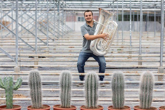 Coen van den Bos kon zijn tuba aanschaffen dankzij een bijdrage van Filiorum Future.