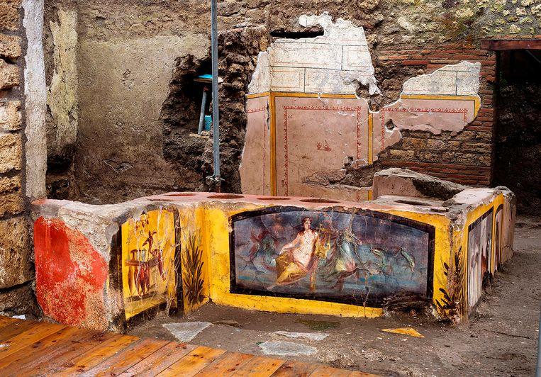 De nieuw opgegraven snackbar met een rijk beschilderde toonbank. Beeld AFP