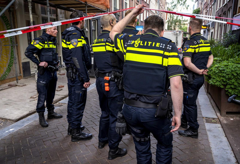 Agenten op de plek waar misdaadverslaggever Peter R. de Vries werd neergeschoten.