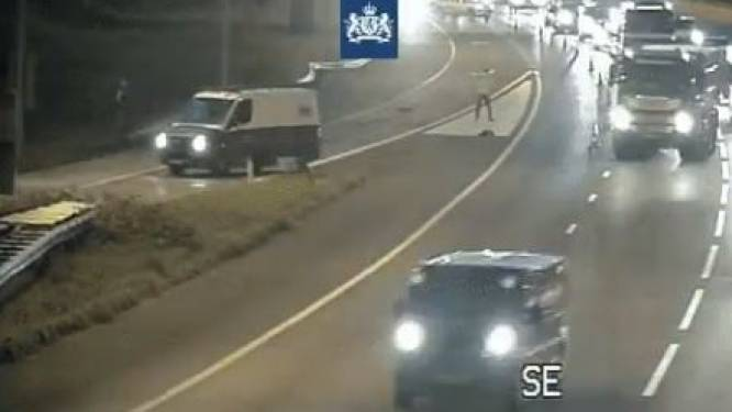 Weggebruikers negeren kruis op A12: vrachtwagens razen vlak langs inspecteur