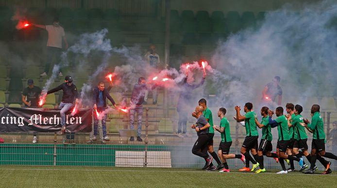 Vuurwerk is geen onbekend fenomeen bij FC Dordrecht. Voor aanvang van het seizoen wordt de selectie standaard onthaald door supporters met fakkels.