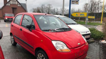 Mysterieuze rode wagen staat al meer dan jaar op parking Lidl: niemand kan of wil hem wegslepen