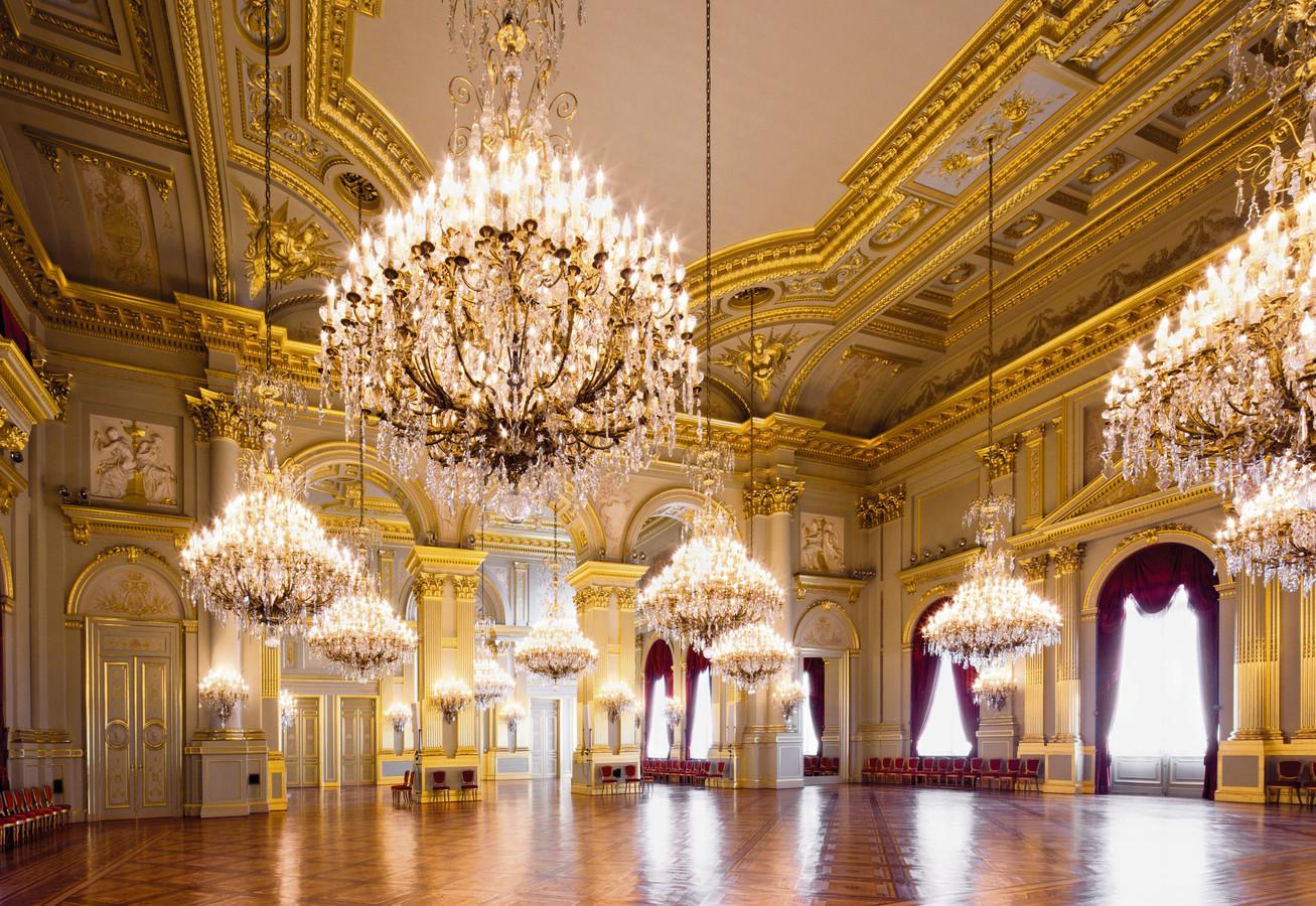 La Salle du Trône, d'une superficie de quelque  1.100 mètres carrés, émerveille les visiteurs avec son parquet en en chêne massif reflétant la lumière des onze gigantesques lustres.