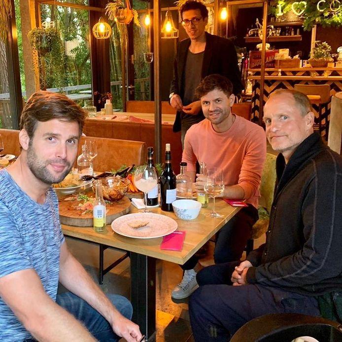 Woody Harrelson (r) eet samen met Nick en Simon bij de Brielsche aap