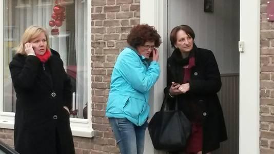 Burgemeester Marianne Kallen (r) is ter plekke en praat met getroffen bewoners.