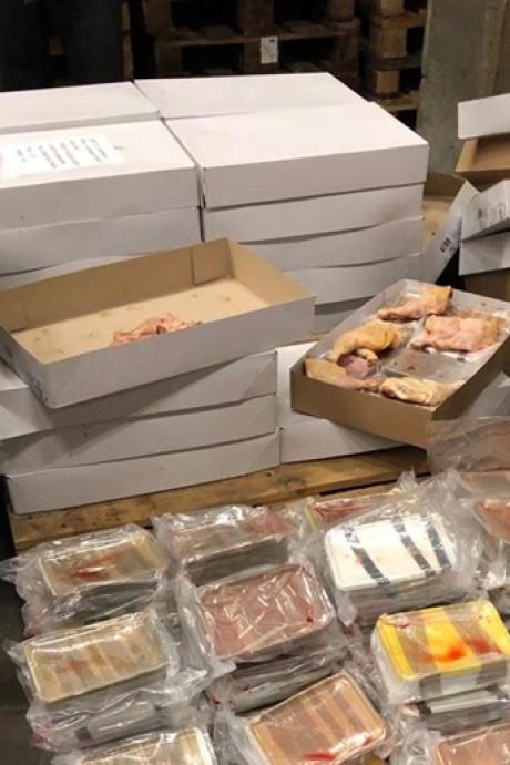 Voor tientallen miljoenen euro's aan crystal meth verstopt tussen kippenbouten in De Lier