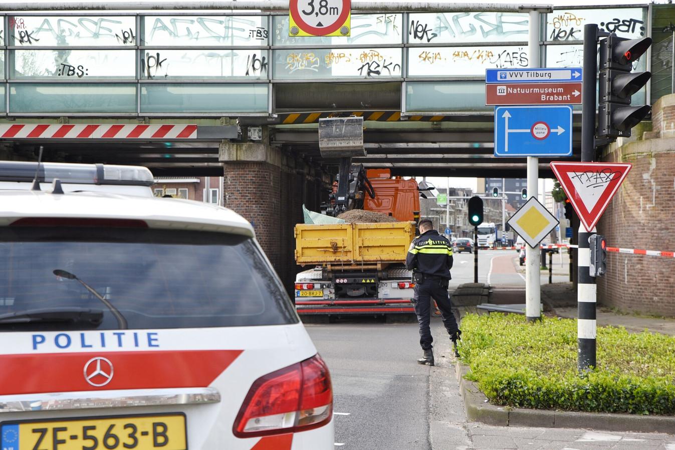 Vrachtwagen zit vast onder spoorwegviaduct Ringbaan-oost.