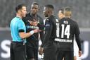 Danny Makkelie (l) in conclaaf met de spelers van Borussia Mönchengladbach.