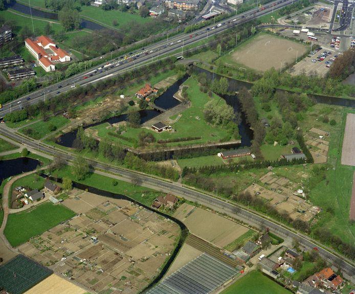 Lunet I, ingeklemd tussen de Waterlinieweg, Koningsweg en het Jaagpad. Foto is gemaakt in 1990.