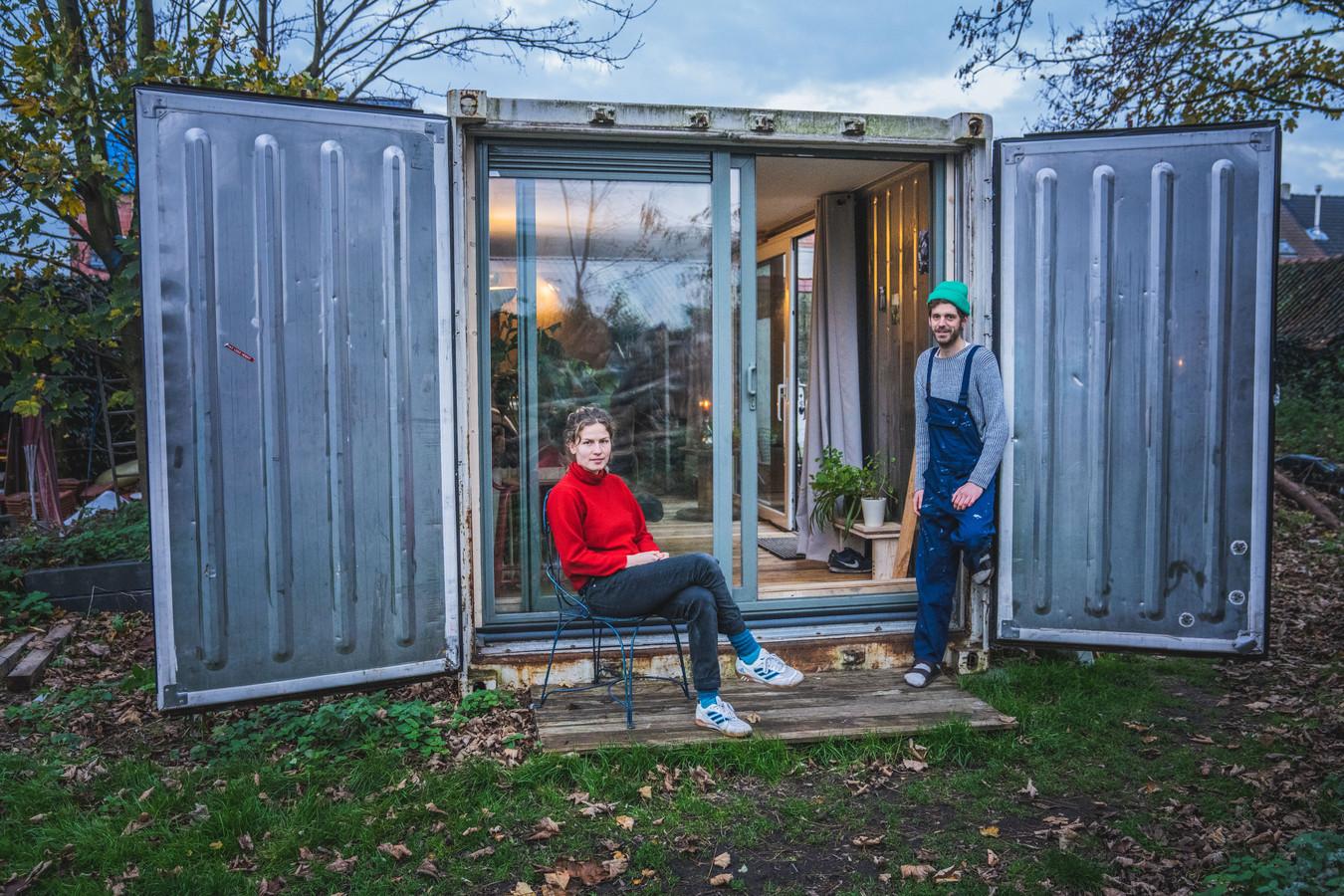 Peter Paul en Rosa bij hun tiny house, een omgebouwde koelcontainer.