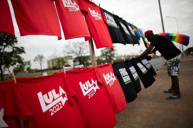 Handelaars in T-shirts met de tekst 'Lula 2022' en 'Weg met Bolsonaro' deden goede zaken in de hoofdstad Brasília. Beeld REUTERS