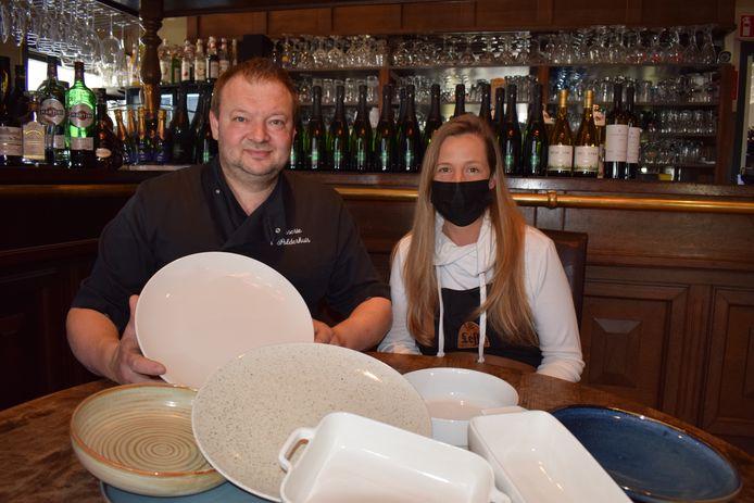 Filip Meul en Nathalie de Schrijver van brasserie 't Poldershuis in Moerbeke-Waas geven hun takeaway uitsluitend mee op porseleinen borden.