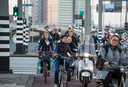 Overstekende fietsers onderaan de Erasmusbrug komen door de drukte vaak in de knel met ander verkeer