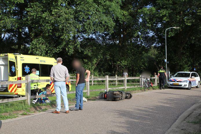 De scooterrijder vloog uit de bocht en raakte een hekwerk langs de Meulunterse Engweg in Lunteren.
