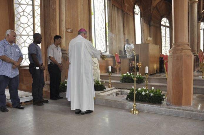 Het graf van Peerke Donders in de heropende kathedraal in Paramaribo.