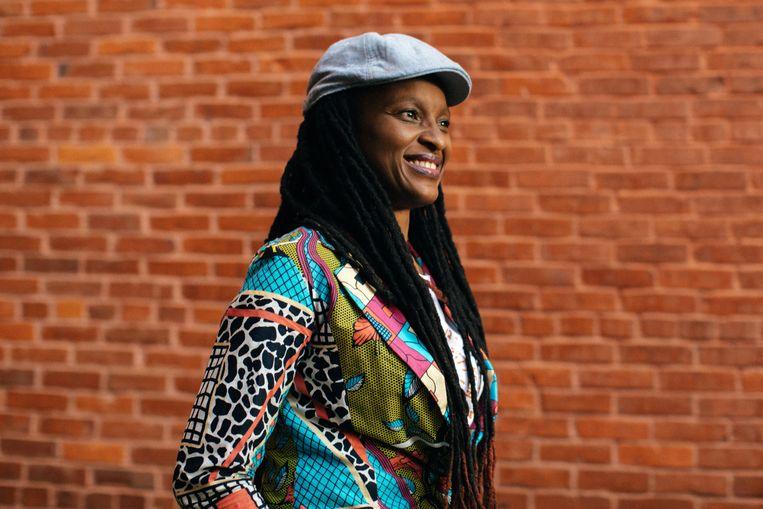 Chika Unigwe: 'Telkens als de wielen van het vliegtuig in Nigeria de tarmac raken, heb ik datzelfde gevoel: eindelijk weer thuis.' Beeld Diwang Valdez