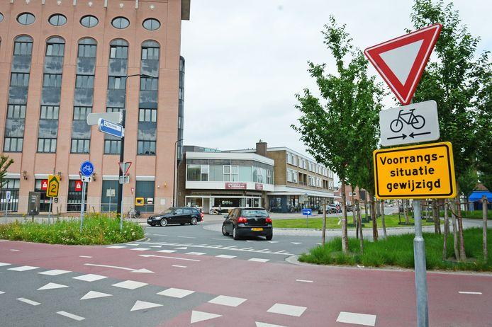 Een automobilist, komend uit de Deurningerstraat, slaat linksaf de Raiffeisenstraat in. En dat mag niet.