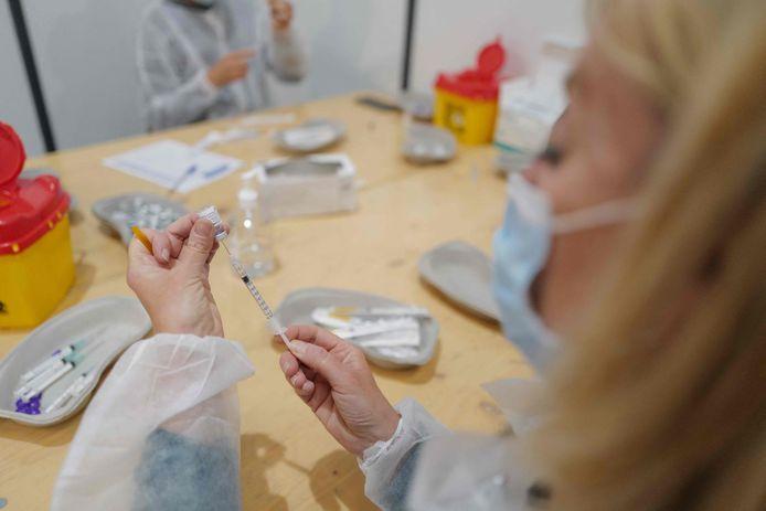 Medisch personeel bereidt spuitjes voor met het Pfizer/BioNTech-vaccin in het Zuid-Franse Nice.