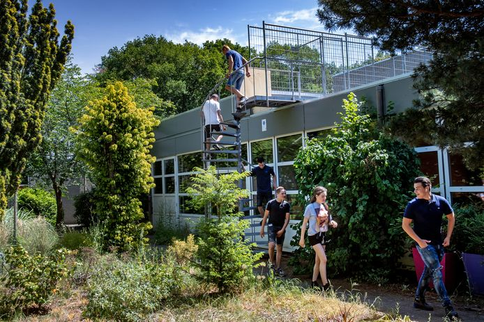 Via de hoofdingang naar binnen bij Heliconschool en via het dak naar buiten. Vanwege opgelegde Corona maatregelen.