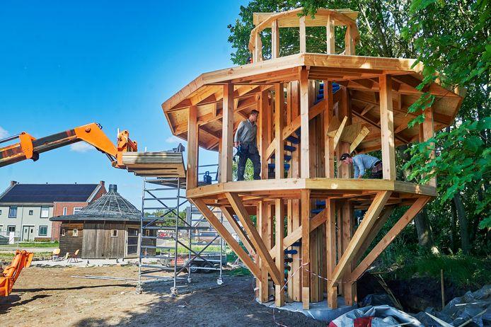 In mei werd in het Ecodorp te Boekel een boomhut gebouwd.