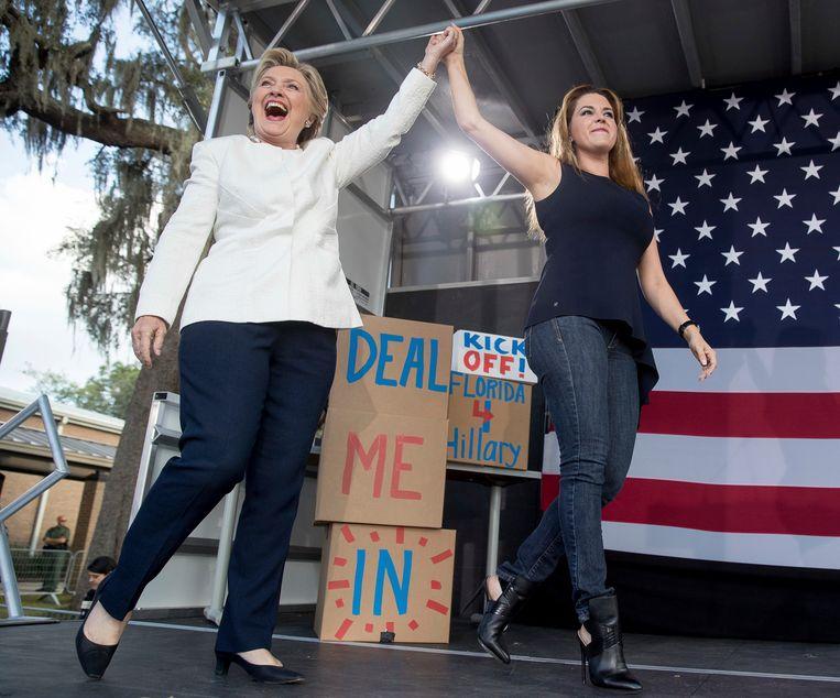 Clinton verscheen gisteren met Alicia Machado, Miss Universe 1996, in Florida.  Beeld AP
