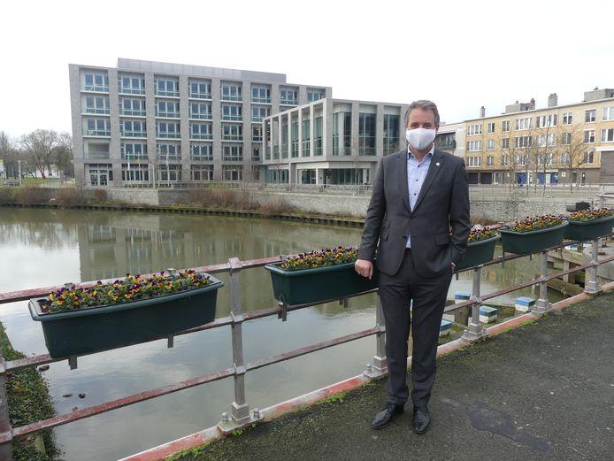 Burgemeester Jan Vermeulen bij het dienstencentrum Leiespiegel.