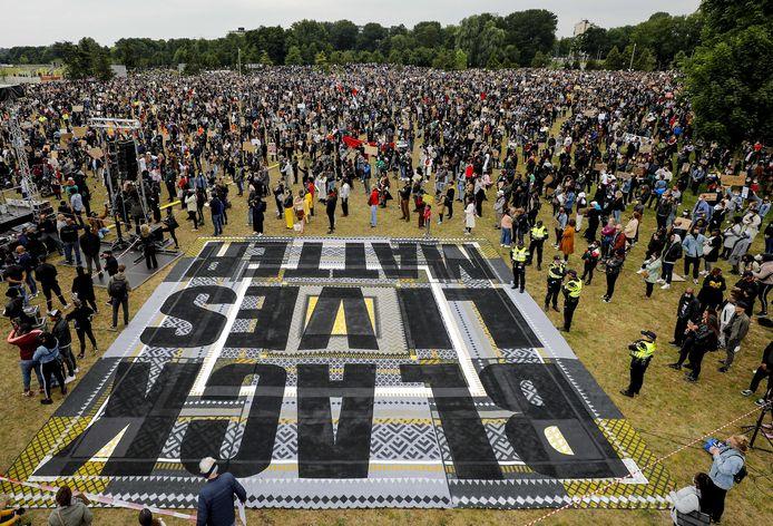 Demonstranten tijdens het protest tegen discriminatie in het Nelson Mandelapark in de Bijlmer.