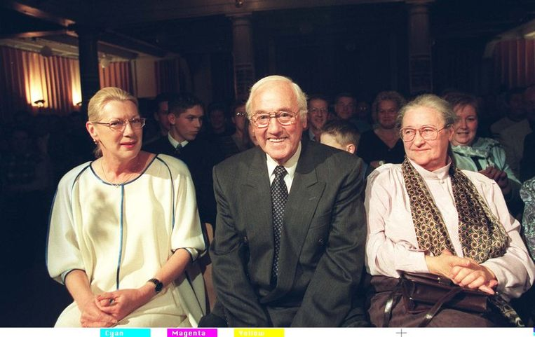 Ter gelegenheid van Appie Baantjers 75ste verjaardag en het verschijnen van zijn 50ste De Cock-avontuur, vond in 1998 te Amsterdam het Baantjerfeest plaats. Foto: Appie Baantjer temidden van zijn vrouw Marretje (r) en zijn redactrice Maran Olthoff. Beeld