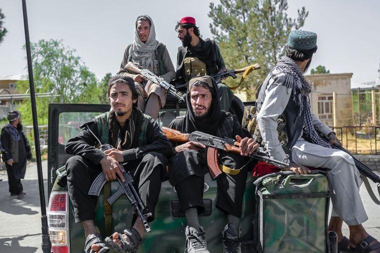 Talibanstrijders rijden door de straten van Kaboel. Beeld AFP