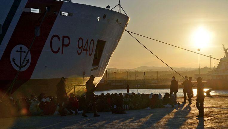 Vluchtelingen bij een reddingsschip in de Italiaanse Augusta-haven. Beeld AFP