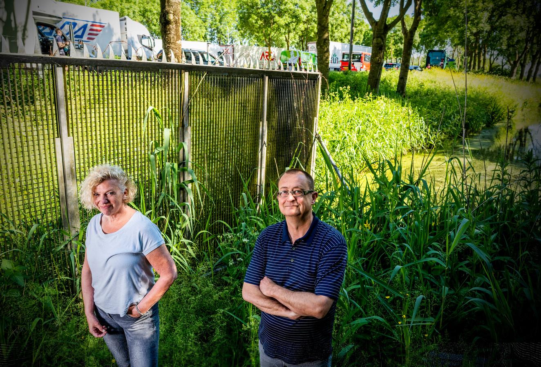 Astrid Zwaan en Peter van Gameren bij de A12. Ze bereiden een grote actie voor om geluidsoverlast en fijnstof van het verkeer van deze rijksweg tegen te gaan.