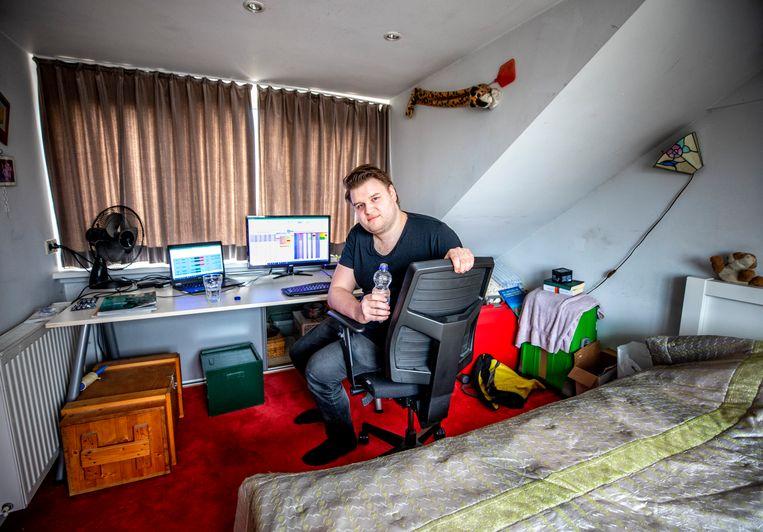 Niels Hoen op zijn zolderkamer.  Beeld Raymond Rutting / de Volkskrant