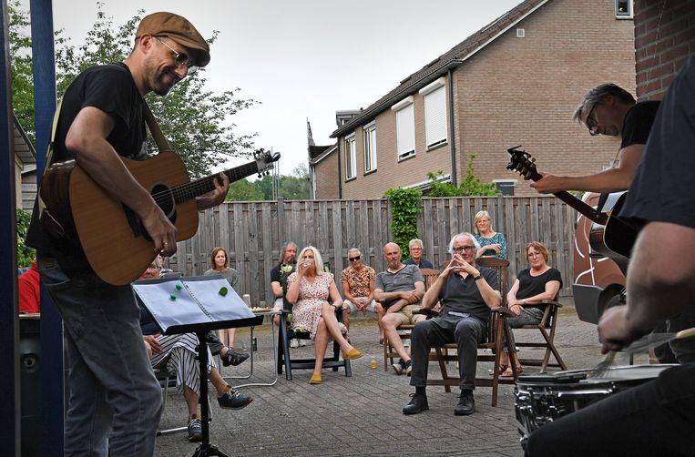 De band Four Eyed Faces treedt in Aalten voor het eerst op.   Beeld Marcel van den Bergh / de Volkskrant